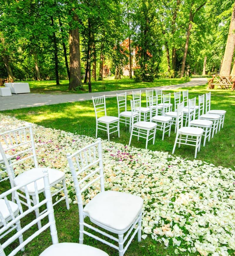 Poślubiać krzesła ustawianie przed ceremonią obraz stock