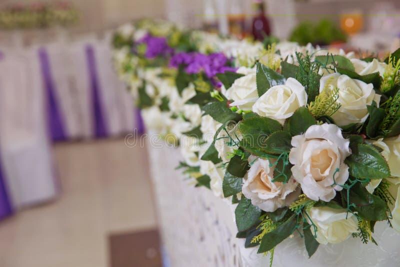 Poślubiać kwiat dekorację w restauraci Tło Pięknego wystroju ślubna ceremonia obrazy royalty free