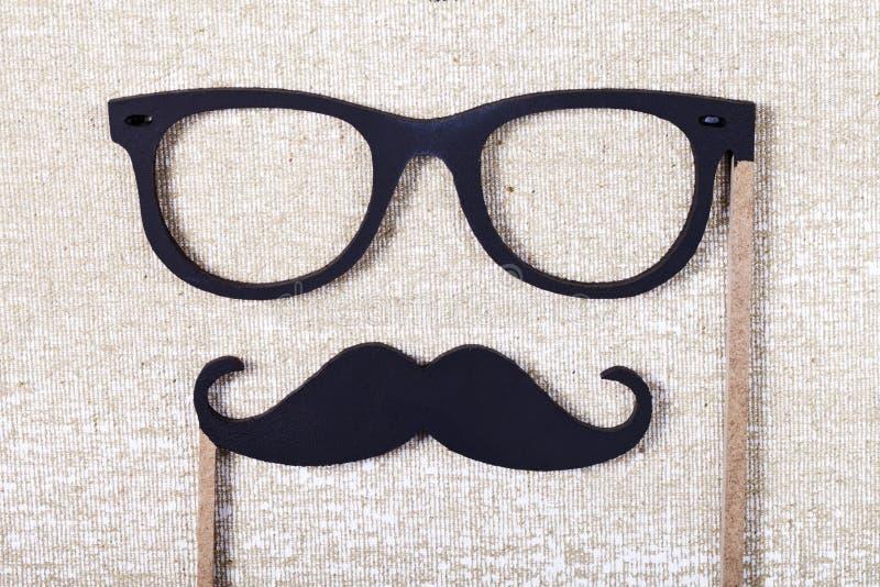 Poślubiać wsparcia wąsy i szkła obrazy stock