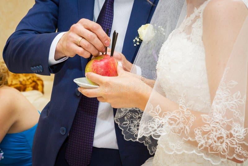 Download Poślubiający Ñ  ontest obraz stock. Obraz złożonej z jabłko - 65225385