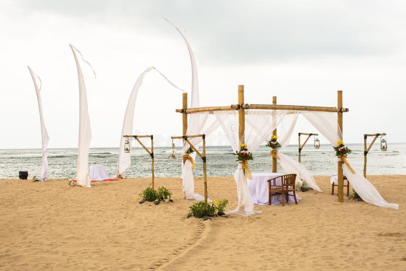 Poślubiający na plaży, tropikalny plenerowy ślubu ustawiania dekoraci det obrazy stock