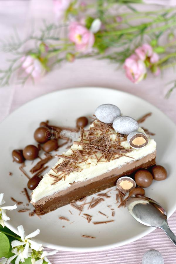 Poślubiający, przyjęcie, urodzinowy plasterek tort zdjęcie stock