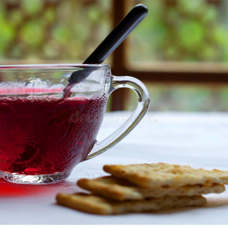 Poślubnik herbata na białym tablecloth przeciw okno obraz stock