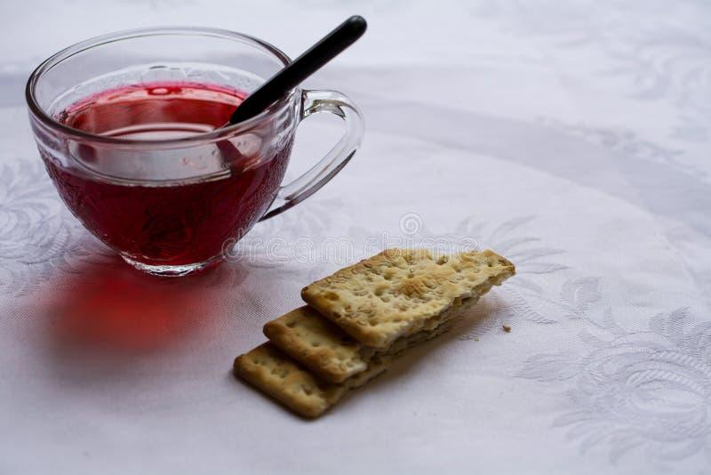 Poślubnik herbata na białym tablecloth przeciw okno zdjęcia stock