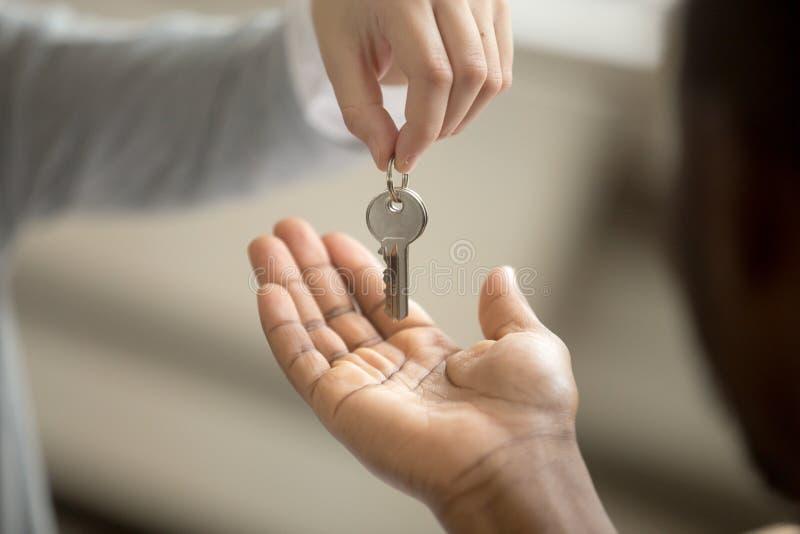 Pośrednik handlu nieruchomościami daje klienta bierze klucze, kupuje nieruchomości pojęcie zdjęcia stock