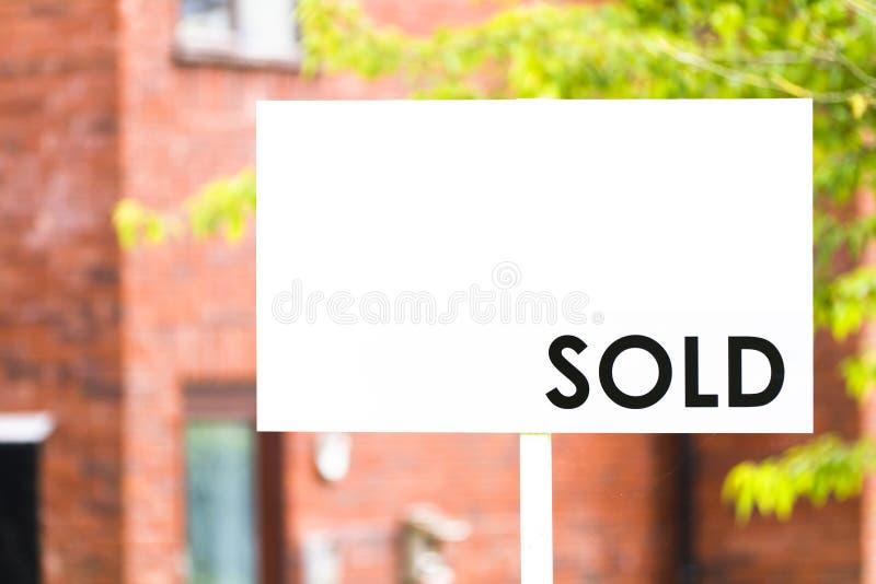 Pośrednik w handlu nieruchomościami dom sprzedający znak fotografia royalty free