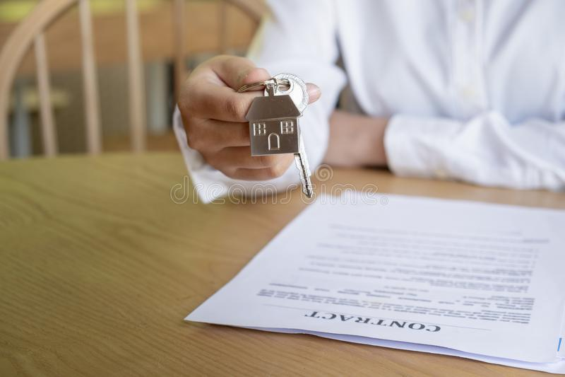 Pośrednik w handlu nieruchomościami wręcza nad domowymi kluczami obraz royalty free