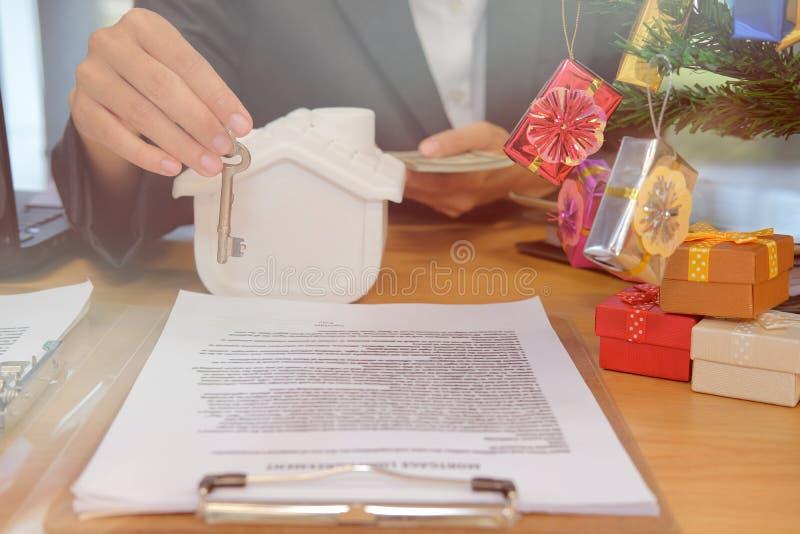 pośrednika handlu nieruchomościami agent z klucza domu modela banknotem kupienia sprzedawania czynsz obrazy royalty free