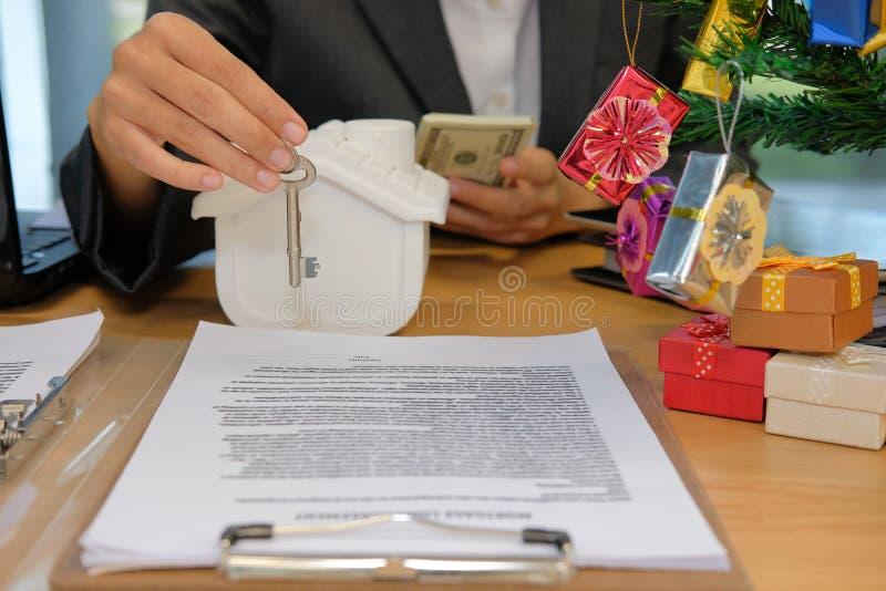 pośrednika handlu nieruchomościami agent z klucza domu modela banknotem kupienia sprzedawania czynsz zdjęcie royalty free