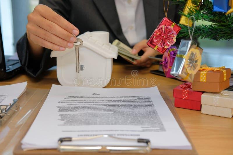 pośrednika handlu nieruchomościami agent z klucza domu modela banknotem kupienia sprzedawania czynsz zdjęcie stock