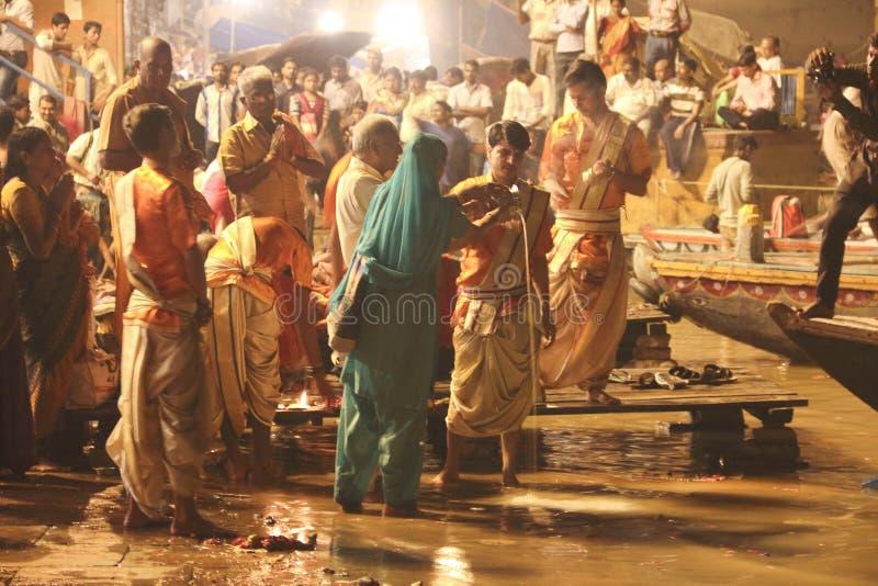 Poświęcenie Ganges rzeka przy nocą obraz royalty free