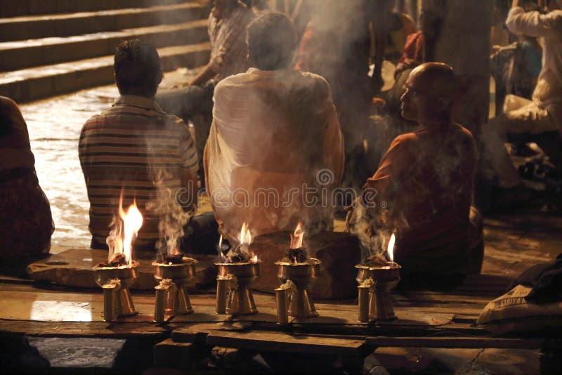 Poświęcenie Ganges rzeka przy nocą obrazy royalty free