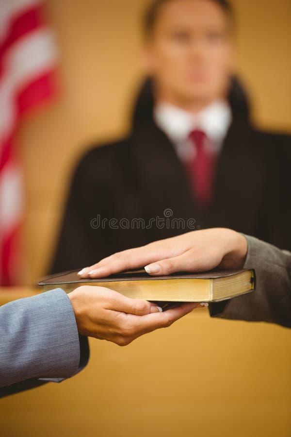 Poświadcza przysięganie na biblii mówi prawdę fotografia stock