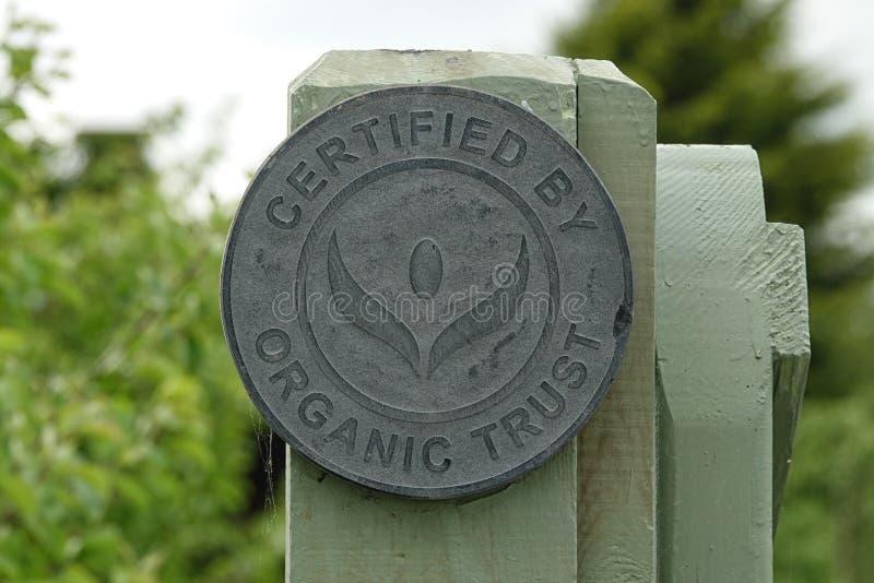 Poświadczający Organicznie zaufanie znakiem na gospodarstwie rolnym w Irlandia fotografia royalty free