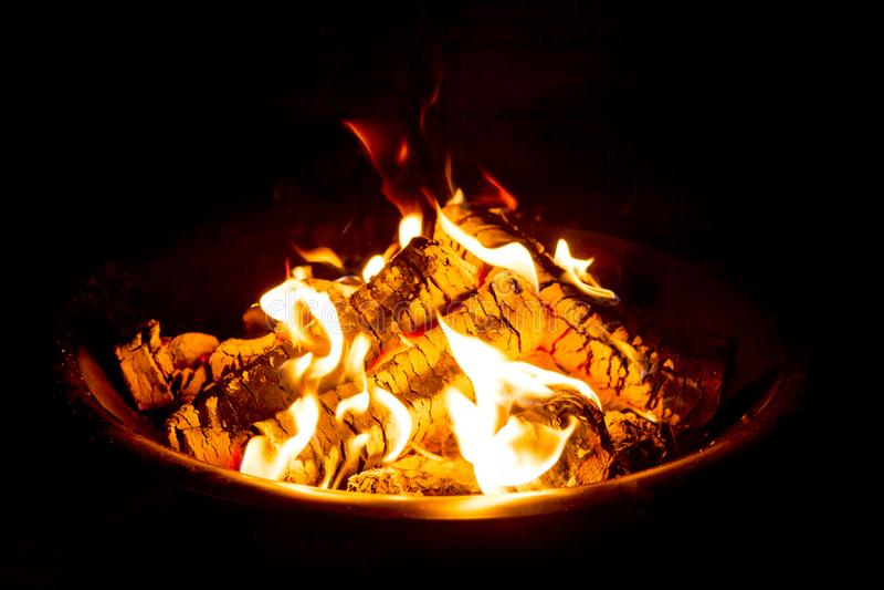 Pożarnicza jama przy nocą pokazuje rozjarzonych embers zdjęcia stock