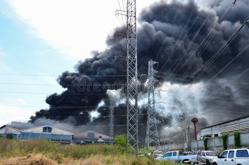 Pożarnicza płonąca fabryka obrazy royalty free