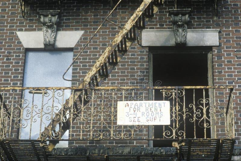Pożarnicza ucieczka i mieszkanie dla czynszu znaka, Południowy Bronx, Nowy Jork obrazy stock