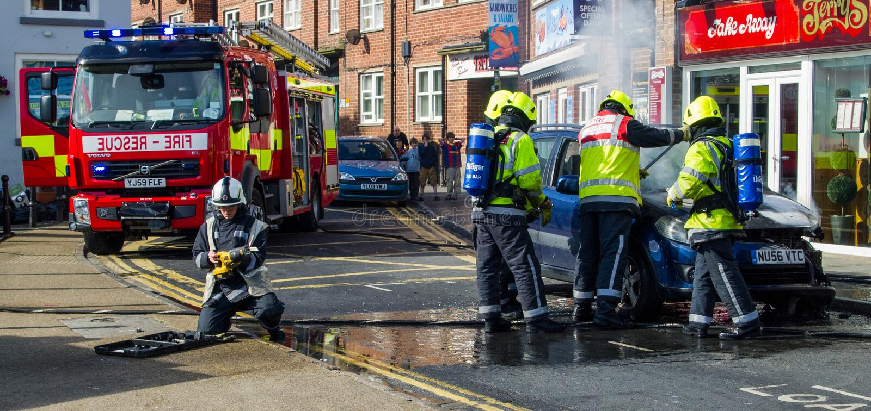 Pożarnicza usługa dzwoniąca samochodowy ogień obrazy stock