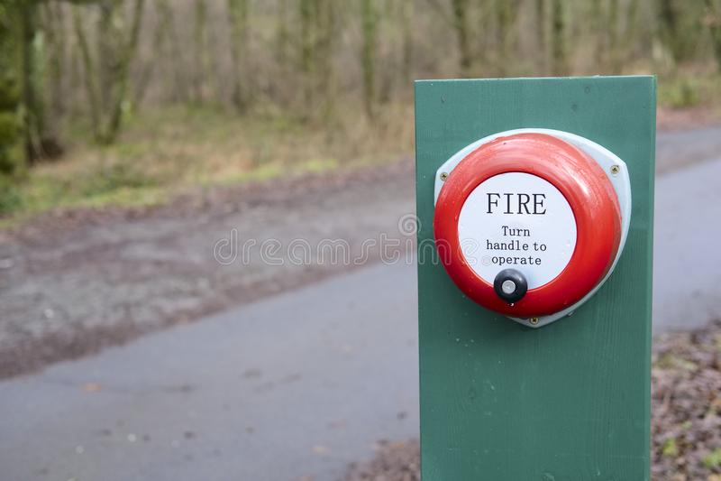 Pożarniczego alarma ręczna operacja w wsi zapobiega pożar lasu i ostrzega zdjęcia stock