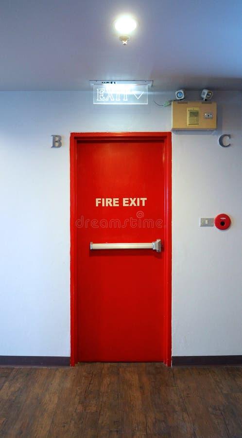 Pożarniczego wyjścia przeciwawaryjnego drzwi czerwonego koloru metalu materiał obrazy stock