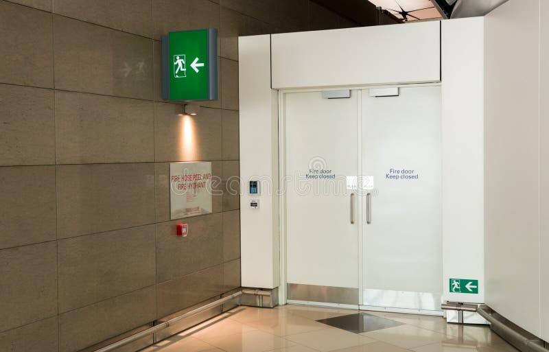 Pożarniczego wyjścia sposobu drzwi i pożarniczy wyjście podpisujemy pudełko w lotniskowego terminal wyjścia ewakuacyjnego sposobi zdjęcie royalty free