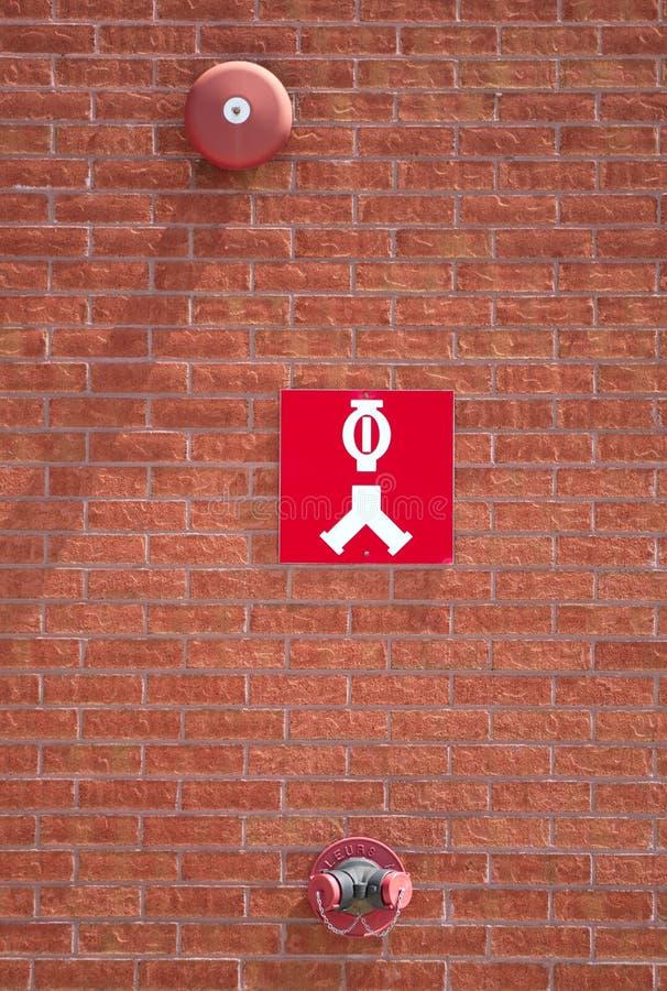 Pożarniczego zapobiegania budynku ściana z cegieł kropidła systemu gasidła wody klapy podłączeniowy nozzle zdjęcie royalty free