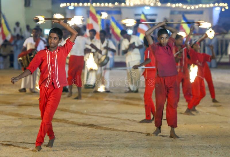 Pożarniczej piłki tancerze wykonują podczas Kataragama festiwalu w Sri Lanka obraz stock
