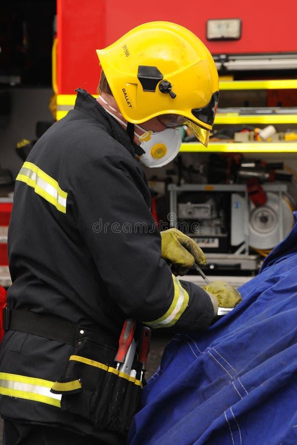 Pożarniczy oficer przy kraksą samochodową zdjęcie royalty free