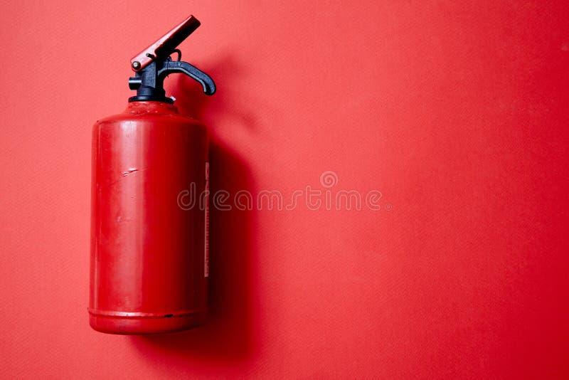 Pożarniczy bezpieczeństwo lub pojęcie, ochrony i ochrony Pożarniczy gasidło na czerwonym tle obraz stock