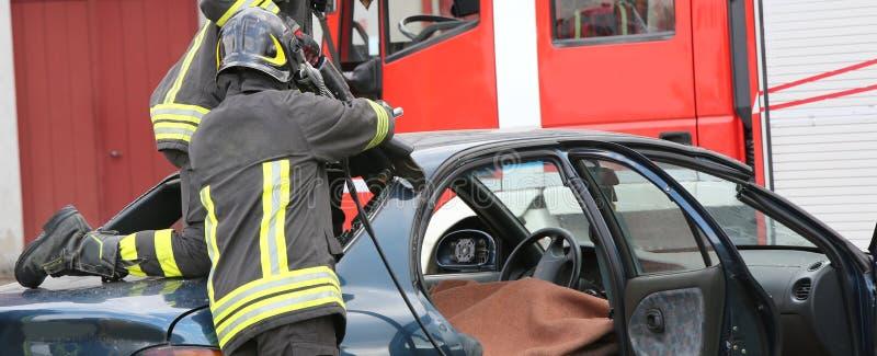 Pożarniczy drużynowy ćwiczenie podczas ratuneku po poważnego drogi ac obrazy royalty free
