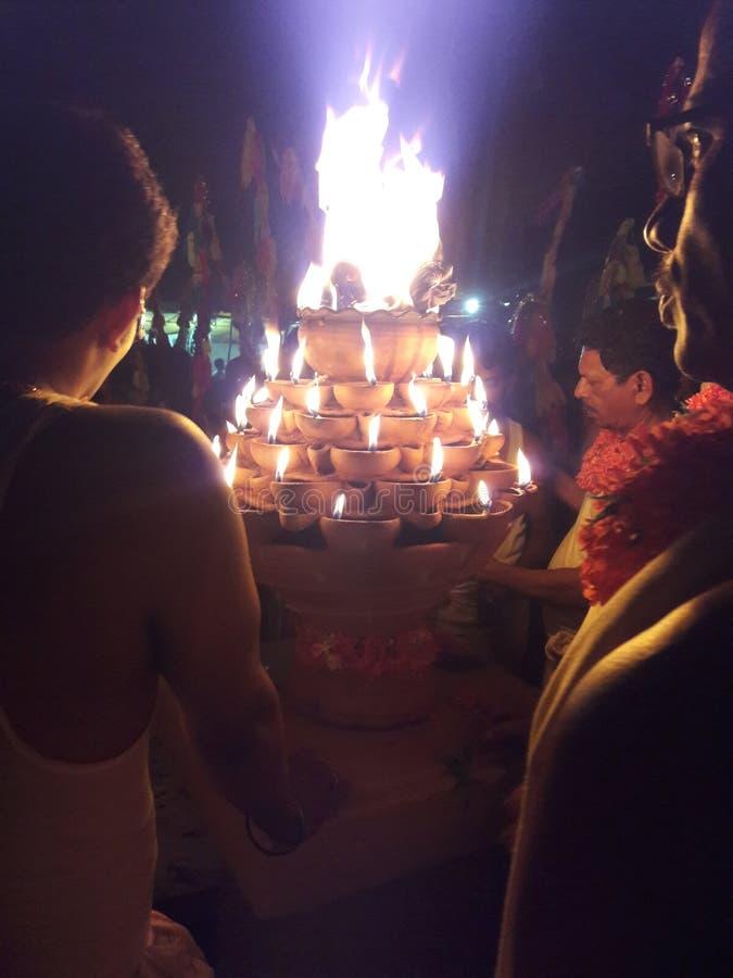 Pożarniczy garnek «brać na głowie deotees « zdjęcia stock