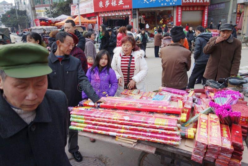 Pożarniczy krakers w Chińskim nowego roku rynku fotografia royalty free