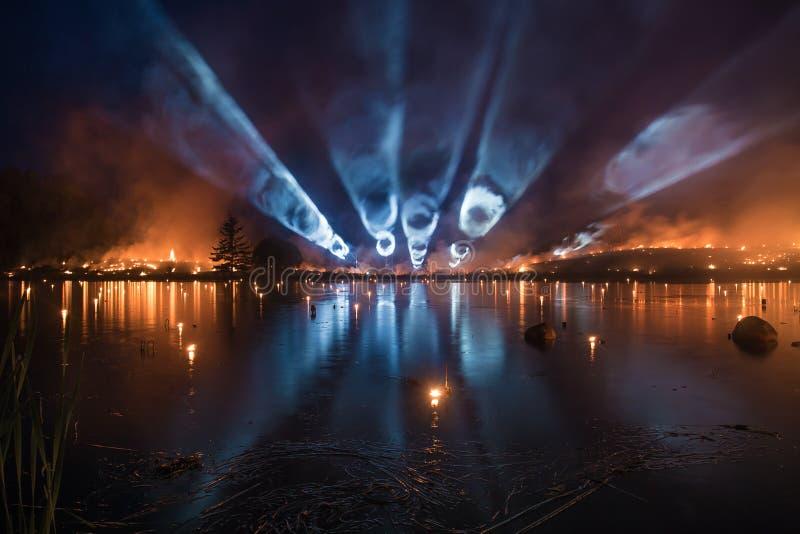 Pożarniczy lekki przedstawienie nad jeziorem - palący w płomieniach fotografia royalty free
