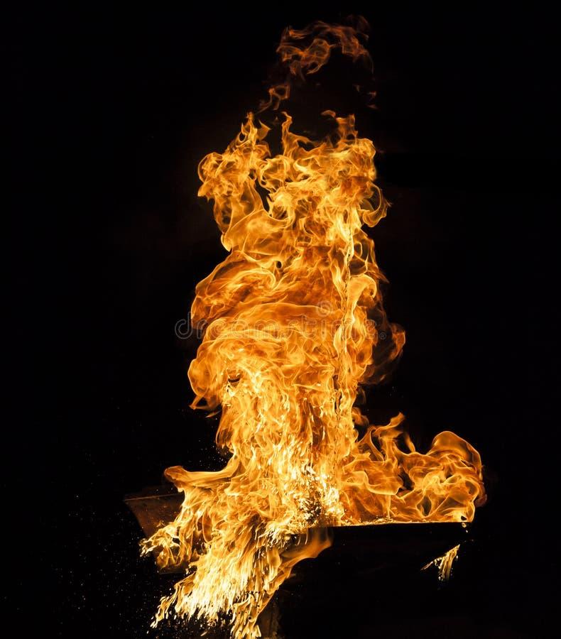 Pożarniczy płomień na czarnym tle zdjęcia royalty free