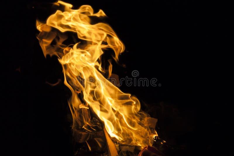 Pożarniczy płomień na czarnym tle obrazy royalty free