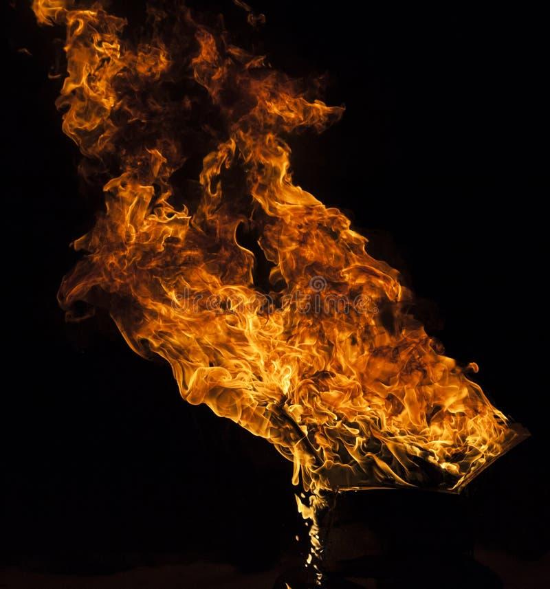 Pożarniczy płomień na czarnym tle obraz royalty free