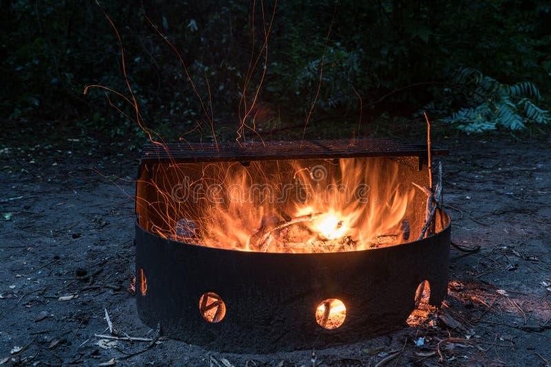 Pożarniczy palenie w obozu ogieniu obrazy stock
