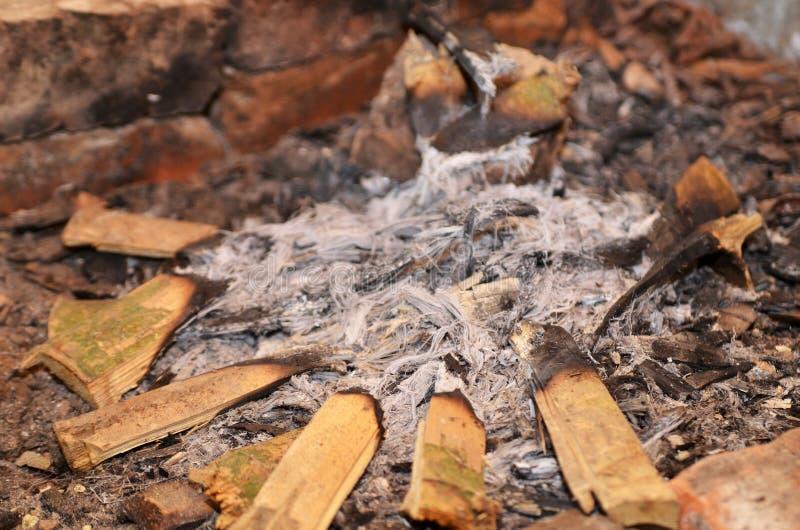 Pożarniczy popiół i przypalający drewno obraz stock