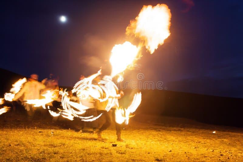 Pożarniczy przedstawienie, tanczy z płomieniem outdoors, samiec fakir dmuchania mistrzowski ogień, występ, płomień kontrola mężcz zdjęcia royalty free