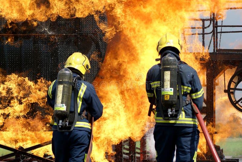 Pożarniczy wojownicy walczy ogienia obraz stock