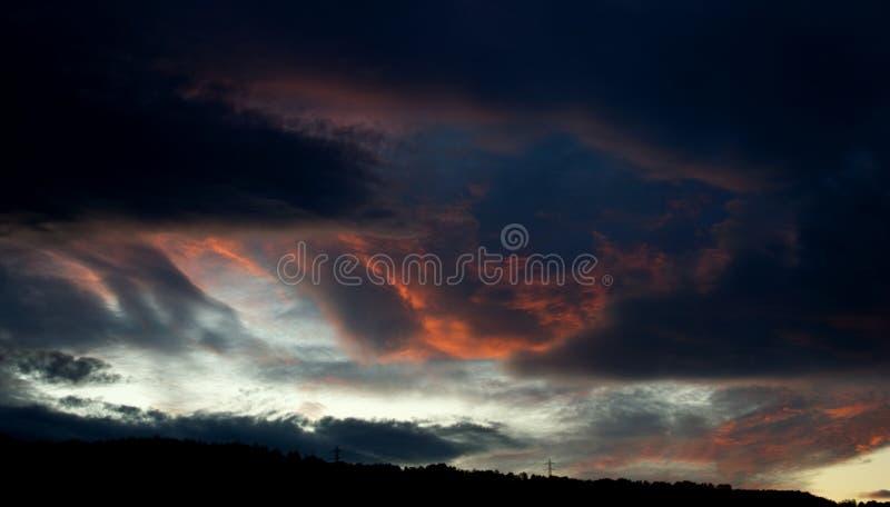 Pożarniczych nieb chmur Dramatyczny zmierzch fotografia royalty free