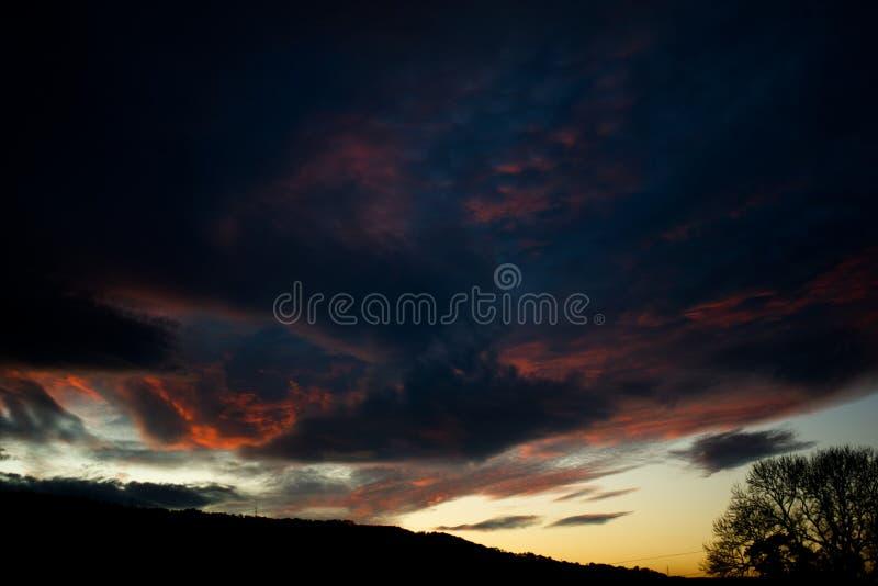 Pożarniczych nieb chmur Dramatyczny zmierzch obrazy royalty free