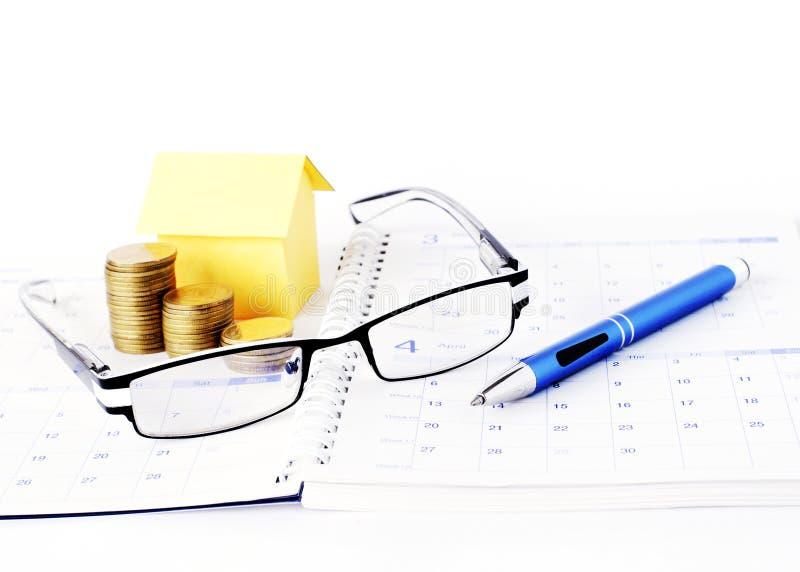Pożyczki pojęcie z Eyeglasses, błękitnymi monety i y pióra i pieniądze zdjęcie stock