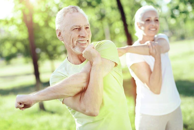 Pożytecznie ćwiczenia dla dwa aktywnych emerytów zdjęcia stock