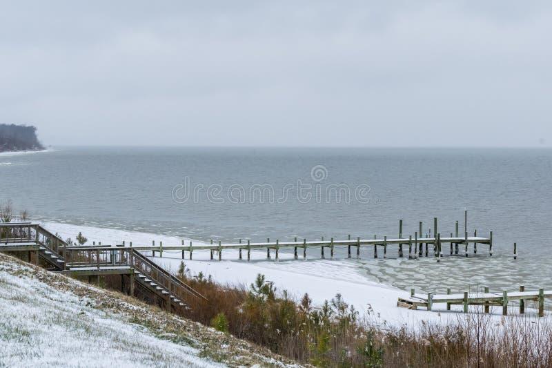 Po śnieżnej burzy przy rzeką zdjęcia stock