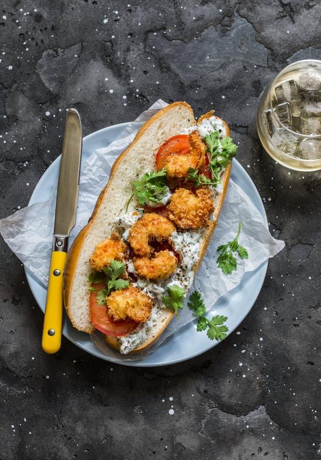 "Po ""σάντουιτς αγοριών με τις τριζάτες cornmeal γαρίδες, σάλτσα ντοματών, χορταριών cilantro και mayo στο σκοτεινό υπόβαθρο, τοπ ά στοκ εικόνες"