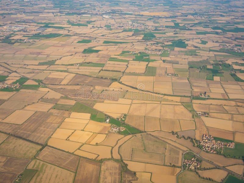 Po-dalen från det plana fönstret under landningen av flygplanet royaltyfri foto