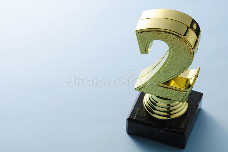 Po drugie umieszcza biegacza w górę złocistego trofeum z kopii przestrzenią zdjęcia royalty free