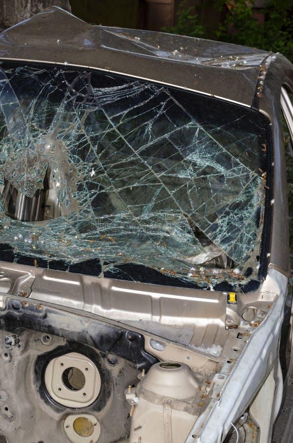 Po kraksy samochodowej, przednia szyba spadek na drogowej powierzchni obrazy royalty free