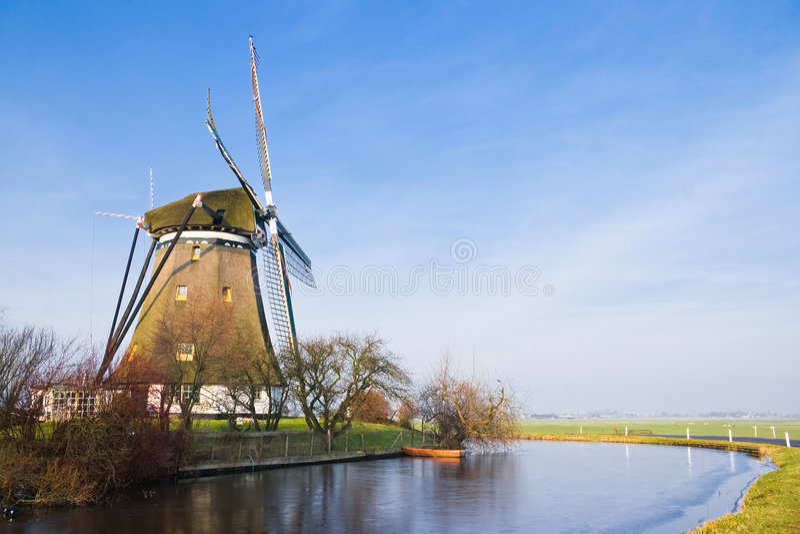 Po'lder holandês com moinho de vento imagem de stock